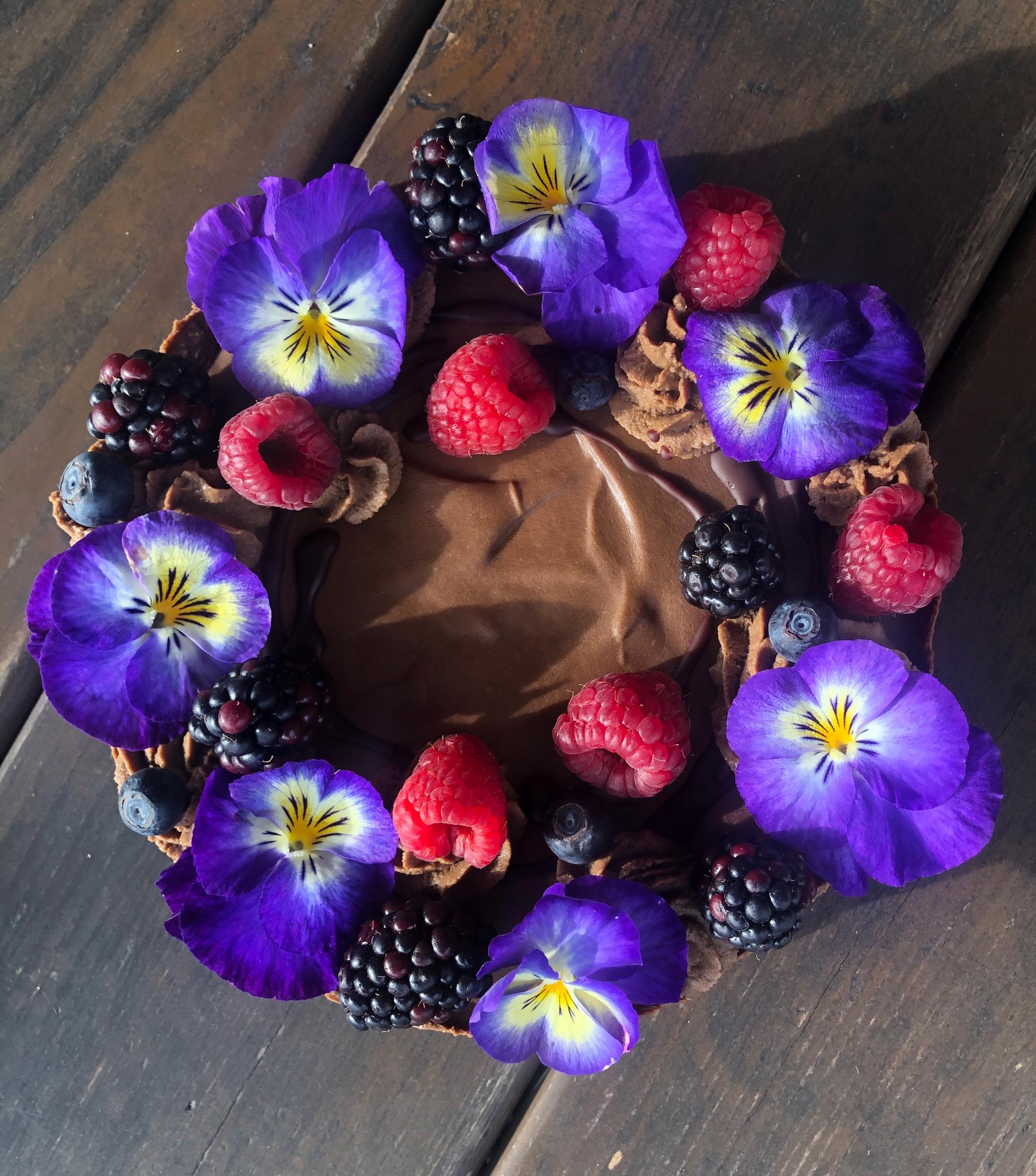 Čokoládová torta s jedlými kvetmi