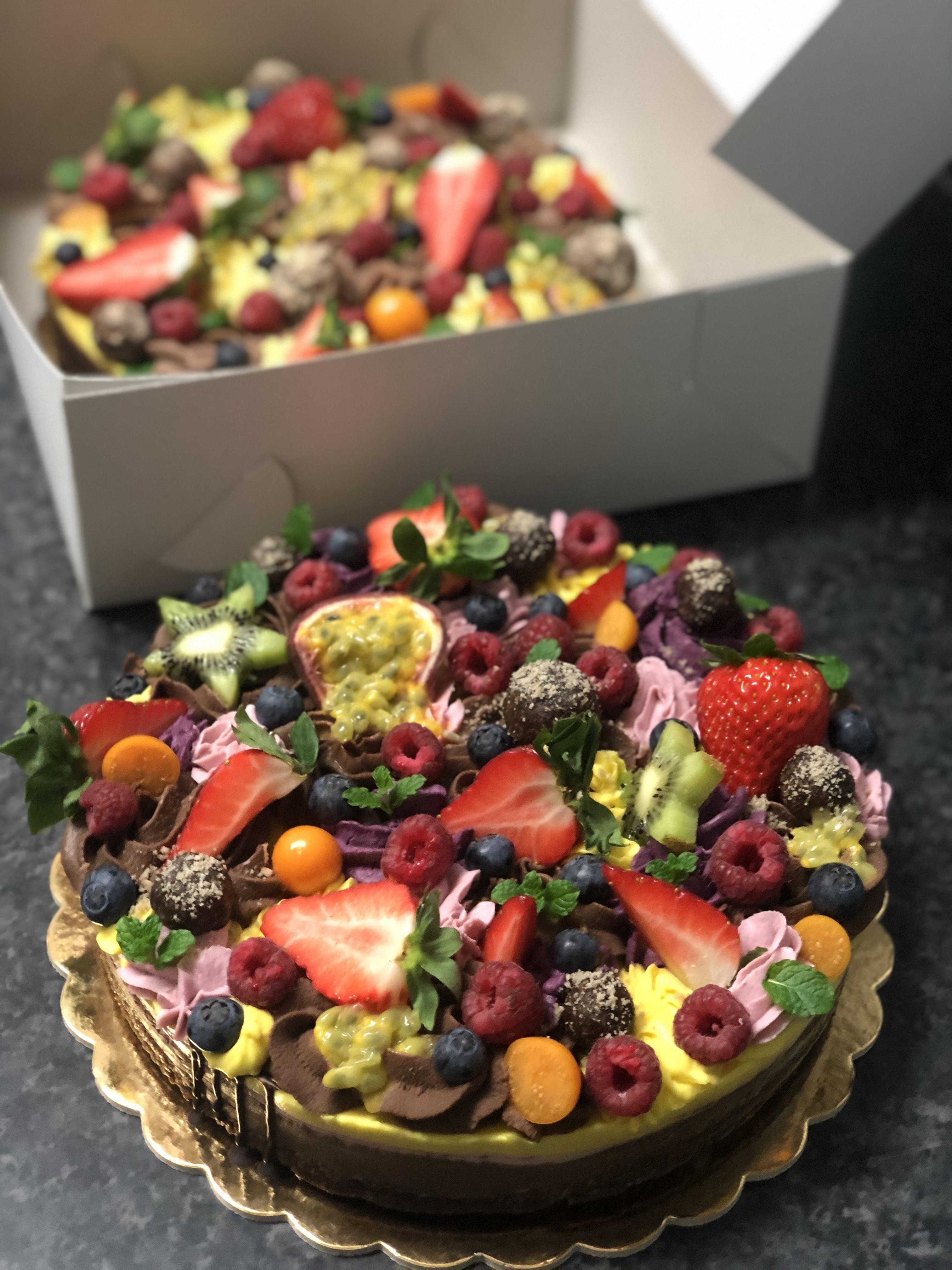 Zasypaná raw narodeninová torta